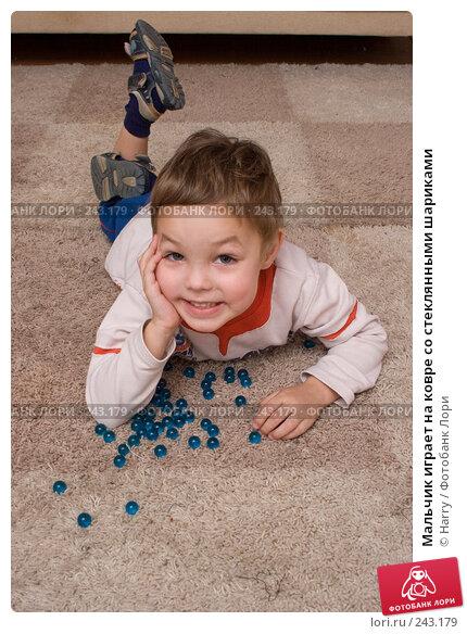 Мальчик играет на ковре со стеклянными шариками, фото № 243179, снято 26 февраля 2017 г. (c) Harry / Фотобанк Лори