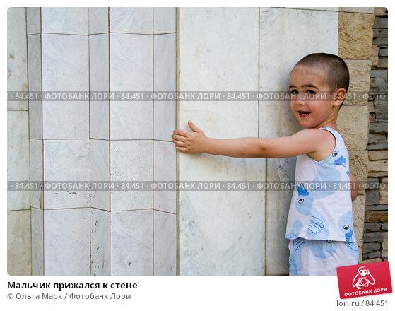 Мальчик прижался к стене, фото № 84451, снято 21 июля 2007 г. (c) Ольга Марк / Фотобанк Лори