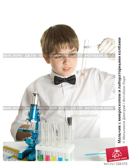 Мальчик с микроскопом и лабораторными колбами, фото № 328515, снято 28 мая 2008 г. (c) Мельников Дмитрий / Фотобанк Лори