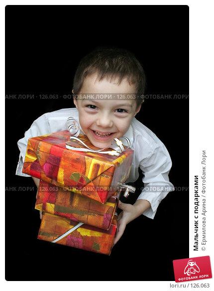 Купить «Мальчик с подарками», фото № 126063, снято 25 ноября 2007 г. (c) Ермилова Арина / Фотобанк Лори