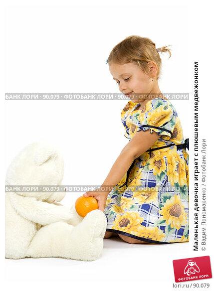 Маленькая девочка играет с плюшевым медвежонком, фото № 90079, снято 16 июля 2007 г. (c) Вадим Пономаренко / Фотобанк Лори