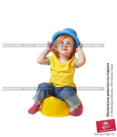 Маленькая девочка на горшке, фото № 142111, снято 21 ноября 2007 г. (c) Майя Крученкова / Фотобанк Лори
