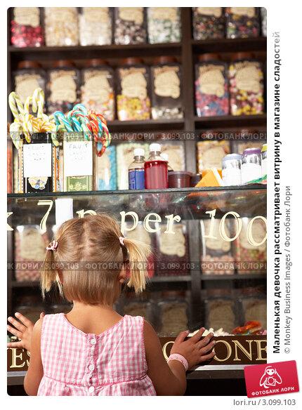Купить «Маленькая девочка рассматривает витрину в магазине сладостей», фото № 3099103, снято 20 июля 2010 г. (c) Monkey Business Images / Фотобанк Лори