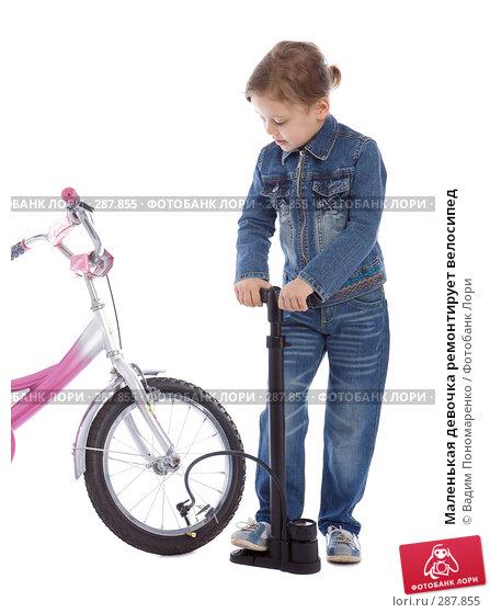 Маленькая девочка ремонтирует велосипед, фото № 287855, снято 1 мая 2008 г. (c) Вадим Пономаренко / Фотобанк Лори