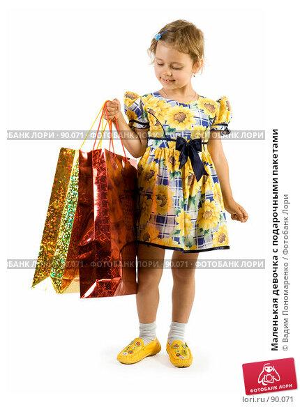 Маленькая девочка с подарочными пакетами, фото № 90071, снято 16 июля 2007 г. (c) Вадим Пономаренко / Фотобанк Лори