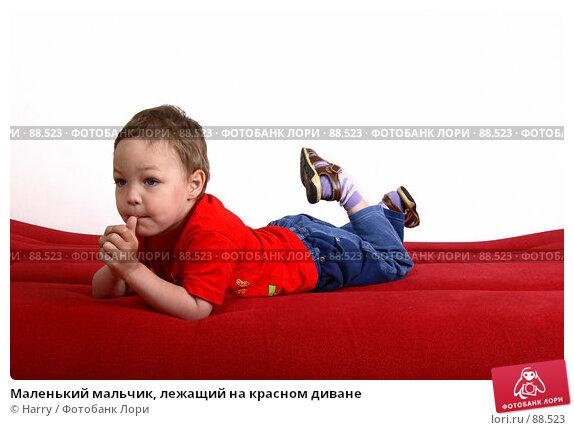 Маленький мальчик, лежащий на красном диване, фото № 88523, снято 4 июня 2007 г. (c) Harry / Фотобанк Лори