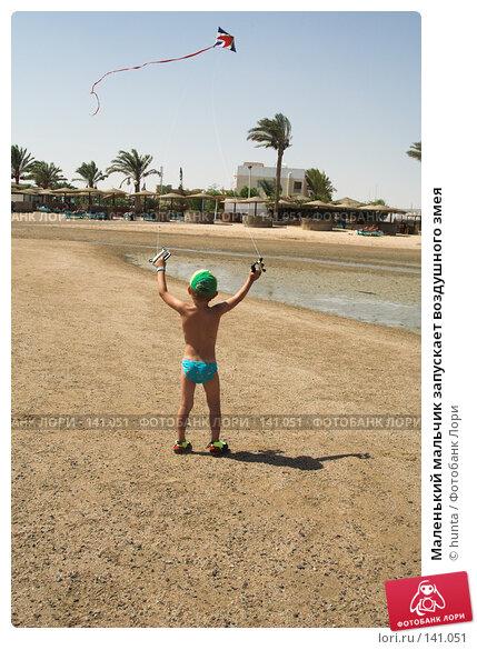 Маленький мальчик запускает воздушного змея, фото № 141051, снято 6 сентября 2007 г. (c) hunta / Фотобанк Лори