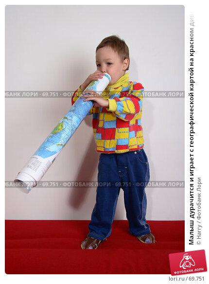 Малыш дурачится и играет с географической картой на красном диване, фото № 69751, снято 4 июня 2007 г. (c) Harry / Фотобанк Лори