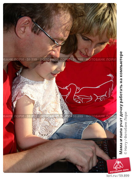 Мама и папа учат дочку работать на компьютере, фото № 59899, снято 22 мая 2006 г. (c) Harry / Фотобанк Лори