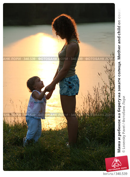 Купить «Мама и ребенок на берегу на закате солнца. Mother and child on coast at sunset», фото № 340539, снято 17 декабря 2017 г. (c) Losevsky Pavel / Фотобанк Лори