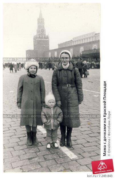 Купить «Мама с дочками на Красной Площади», эксклюзивное фото № 7249843, снято 20 февраля 2019 г. (c) Emelinna / Фотобанк Лори