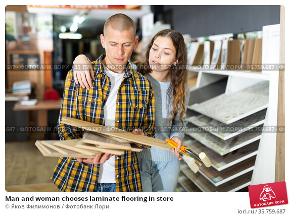 Man and woman chooses laminate flooring in store. Стоковое фото, фотограф Яков Филимонов / Фотобанк Лори