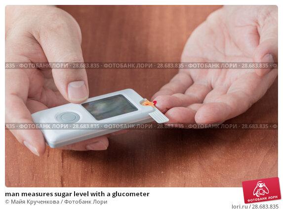 Купить «man measures sugar level with a glucometer», фото № 28683835, снято 3 июля 2018 г. (c) Майя Крученкова / Фотобанк Лори