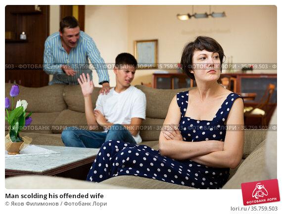 Man scolding his offended wife. Стоковое фото, фотограф Яков Филимонов / Фотобанк Лори