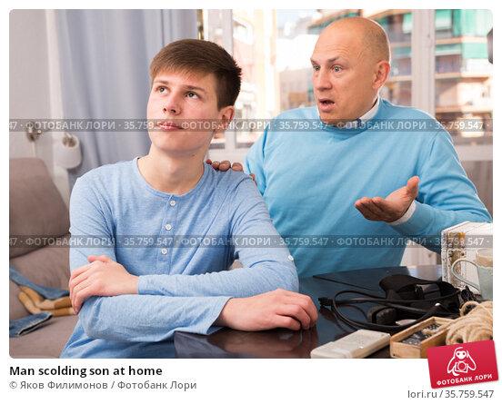 Man scolding son at home. Стоковое фото, фотограф Яков Филимонов / Фотобанк Лори