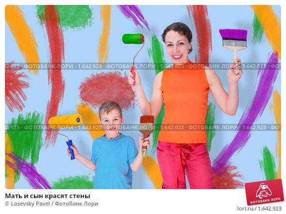 Купить «Мать и сын красят стены», фото № 1642923, снято 20 марта 2019 г. (c) Losevsky Pavel / Фотобанк Лори