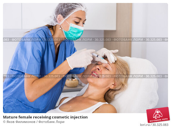 Купить «Mature female receiving cosmetic injection», фото № 30325083, снято 28 июля 2017 г. (c) Яков Филимонов / Фотобанк Лори