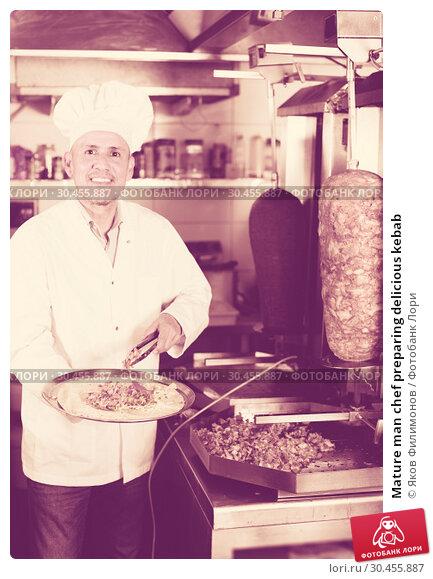 Mature man chef preparing delicious kebab. Стоковое фото, фотограф Яков Филимонов / Фотобанк Лори