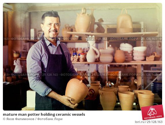 Купить «mature man potter holding ceramic vessels», фото № 29128163, снято 26 марта 2019 г. (c) Яков Филимонов / Фотобанк Лори