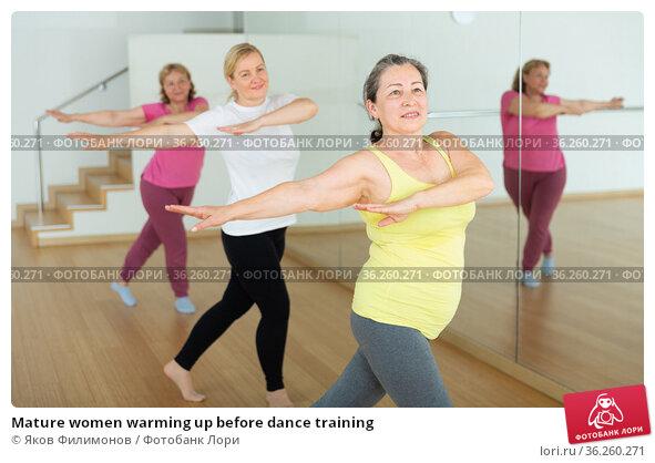Mature women warming up before dance training. Стоковое фото, фотограф Яков Филимонов / Фотобанк Лори