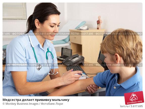 Медсестра делает прививку мальчику, фото № 3617695, снято 13 декабря 2011 г. (c) Monkey Business Images / Фотобанк Лори