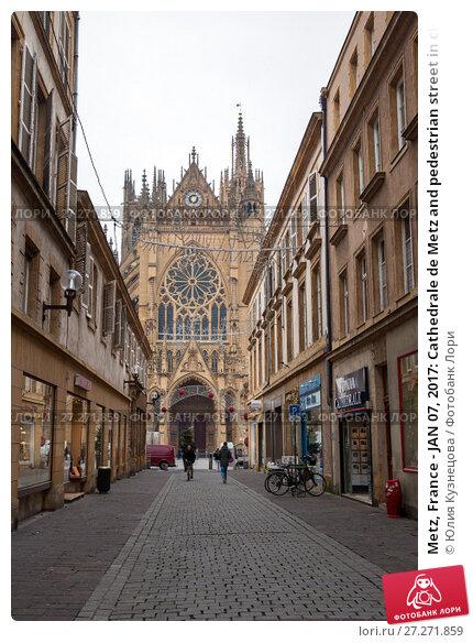 Купить «Metz, France - JAN 07, 2017: Cathedrale de Metz and pedestrian street in cloudy winter day», фото № 27271859, снято 7 января 2017 г. (c) Юлия Кузнецова / Фотобанк Лори
