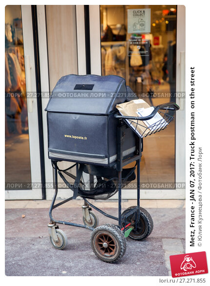 Купить «Metz, France - JAN 07, 2017: Truck postman  on the street», фото № 27271855, снято 7 января 2017 г. (c) Юлия Кузнецова / Фотобанк Лори