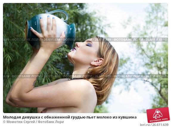 Как телочка пьет молоко подруги на трассе — 4
