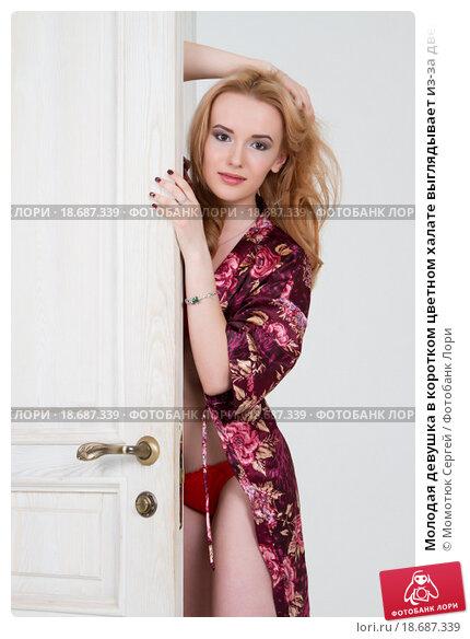Девушка открыла дверь в коротком халате фото 751-724