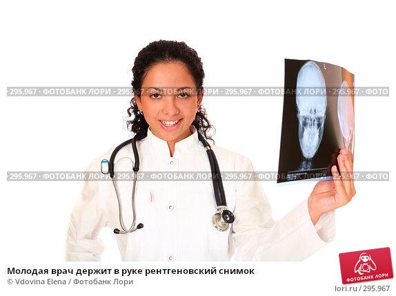 Купить «Молодая врач держит в руке рентгеновский снимок», фото № 295967, снято 10 мая 2008 г. (c) Vdovina Elena / Фотобанк Лори