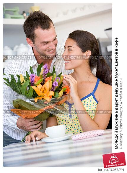Купить «Молодой мужчина дарит девушке букет цветов в кафе», фото № 3037791, снято 22 января 2007 г. (c) Monkey Business Images / Фотобанк Лори