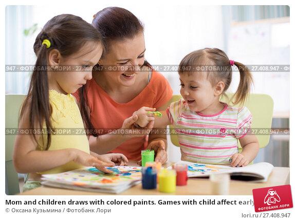 Купить «Mom and children draws with colored paints. Games with child affect early kids development.», фото № 27408947, снято 29 ноября 2017 г. (c) Оксана Кузьмина / Фотобанк Лори