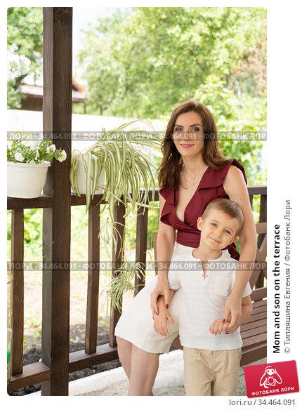 Mom and son on the terrace. Стоковое фото, фотограф Типляшина Евгения / Фотобанк Лори