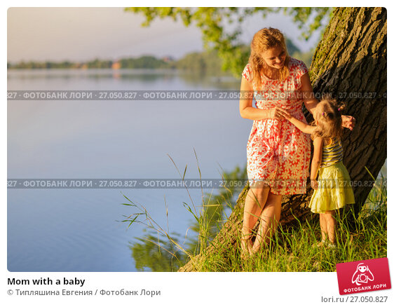 Купить «Mom with a baby», фото № 27050827, снято 23 июня 2017 г. (c) Типляшина Евгения / Фотобанк Лори