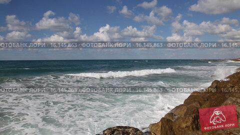 Морские волны разбиваются о прибрежные скалы, видеоролик № 16145863, снято 15 декабря 2015 г. (c) Наталья Волкова / Фотобанк Лори