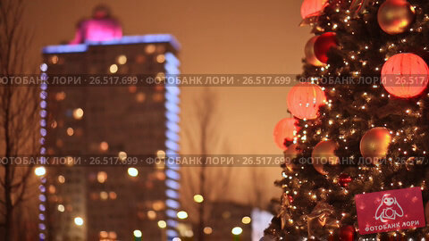 Купить «Moscow. New Arbat. Festive Christmas tree on the background of a building in Christmas illumination. Lights of night city houses. New Year theme.», видеоролик № 26517699, снято 4 апреля 2017 г. (c) Mikhail Davidovich / Фотобанк Лори