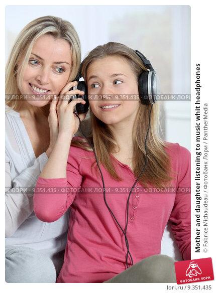 Купить «Mother and daughter listening to music whit headphones», фото № 9351435, снято 7 февраля 2019 г. (c) PantherMedia / Фотобанк Лори
