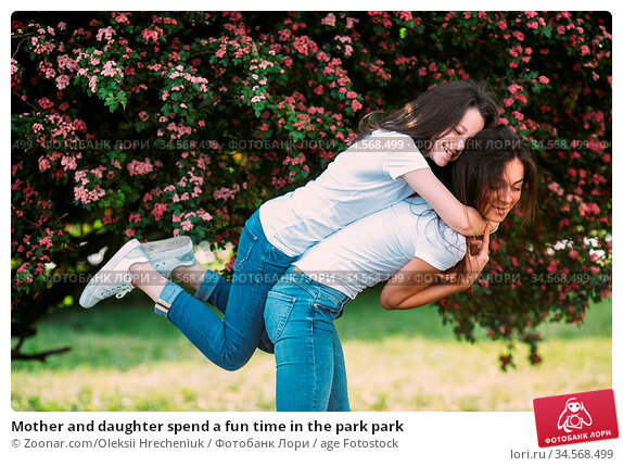Mother and daughter spend a fun time in the park park. Стоковое фото, фотограф Zoonar.com/Oleksii Hrecheniuk / age Fotostock / Фотобанк Лори
