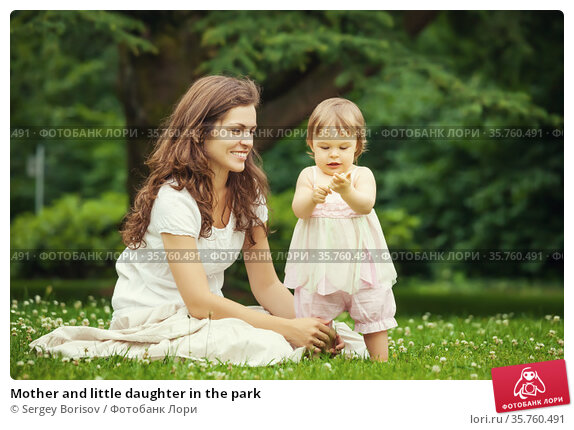 Mother and little daughter in the park. Стоковое фото, фотограф Sergey Borisov / Фотобанк Лори