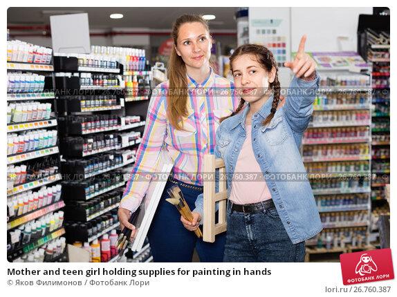 Mother and teen girl holding supplies for painting in hands, фото № 26760387, снято 12 апреля 2017 г. (c) Яков Филимонов / Фотобанк Лори