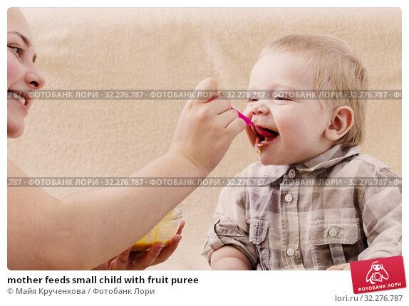 Купить «mother feeds small child with fruit puree», фото № 32276787, снято 7 октября 2019 г. (c) Майя Крученкова / Фотобанк Лори