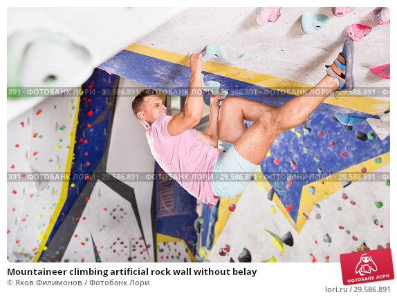 Купить «Mountaineer climbing artificial rock wall without belay», фото № 29586891, снято 22 января 2019 г. (c) Яков Филимонов / Фотобанк Лори