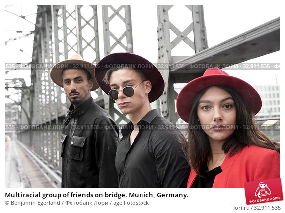 Multiracial group of friends on bridge. Munich, Germany. Стоковое фото, фотограф Benjamin Egerland / age Fotostock / Фотобанк Лори
