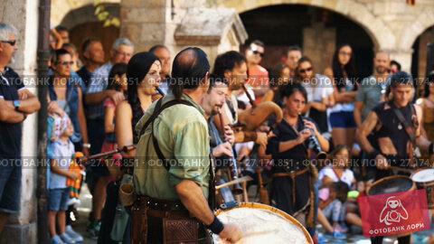 Купить «Musicians dressed in traditional costumes entertaining visitors to Medieval Fiesta», видеоролик № 27174851, снято 2 сентября 2017 г. (c) Яков Филимонов / Фотобанк Лори