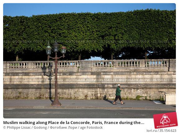 Muslim walking along Place de la Concorde, Paris, France during the... Стоковое фото, фотограф Philippe Lissac / Godong / age Fotostock / Фотобанк Лори