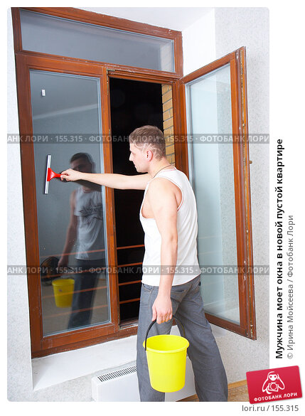 Купить «Мужчина моет окна в новой пустой квартире», фото № 155315, снято 5 декабря 2007 г. (c) Ирина Мойсеева / Фотобанк Лори