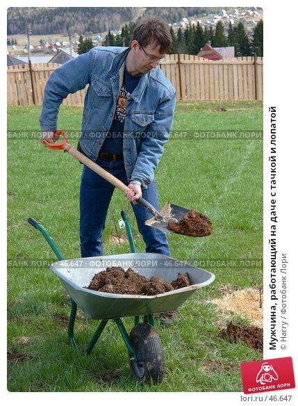 Мужчина, работающий на даче с тачкой и лопатой, фото № 46647, снято 13 июня 2005 г. (c) Harry / Фотобанк Лори