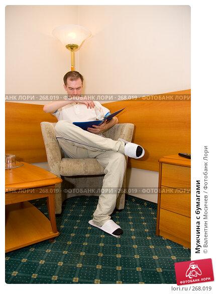 Купить «Мужчина с бумагами», фото № 268019, снято 27 апреля 2008 г. (c) Валентин Мосичев / Фотобанк Лори