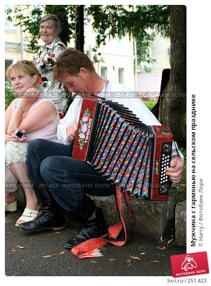 Мужчина с гармонью на сельском празднике, фото № 251423, снято 3 августа 2007 г. (c) Harry / Фотобанк Лори