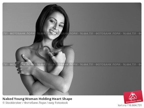 девушки держат грудь руками фото